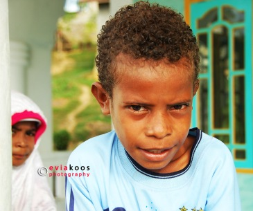 7. Senyum misterius bocah Papua.