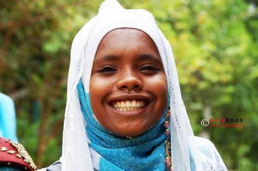 6. Senyum lebar si gadis Papua.