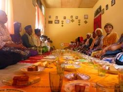 14. Undangan makan pada hari Idul Fitri. Hampir tiap rumah mengundang kami makan. Perut penuh.