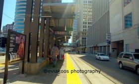 Halte light rail yang langsung berhadapan dengan jalan besar. Masuknyapun mudah.