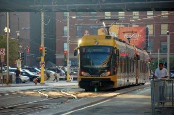 Light rail yang sedang berjalan ke arah sebaliknya. Perhatikan tak ada supirnya bukan.