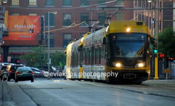 Light rail yang sedang berjalan. Perhatikan sang supir yang nampak di sini.
