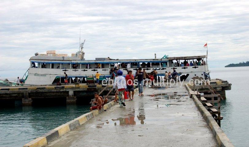 18. Pelabuhan laut Ampana.