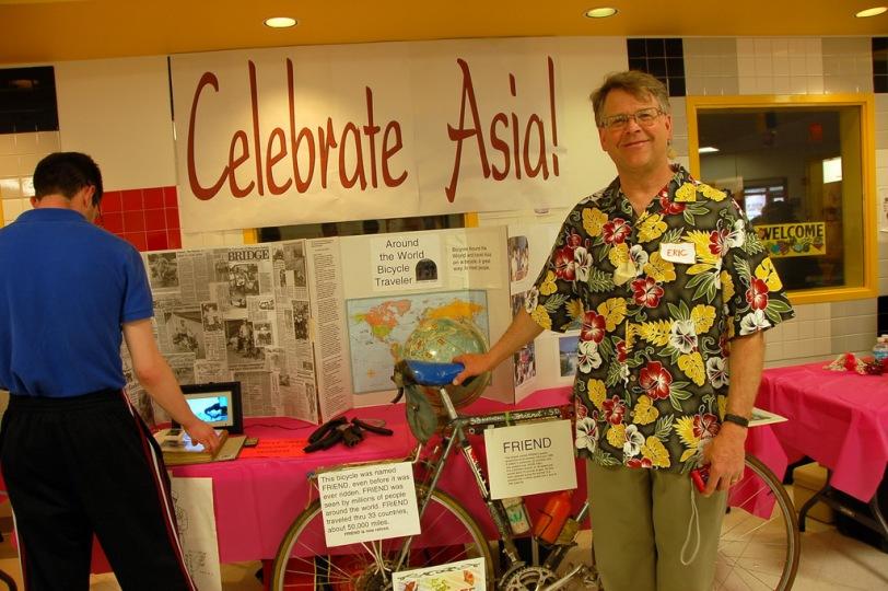Lapak perorangan, milik seorang pengelana sepeda bernama Eric Norland. Eric dan sepedanya berkelana di 33 negara menempuh jarak 50ribu miles dari 1 Juli 1983 - November 1986.