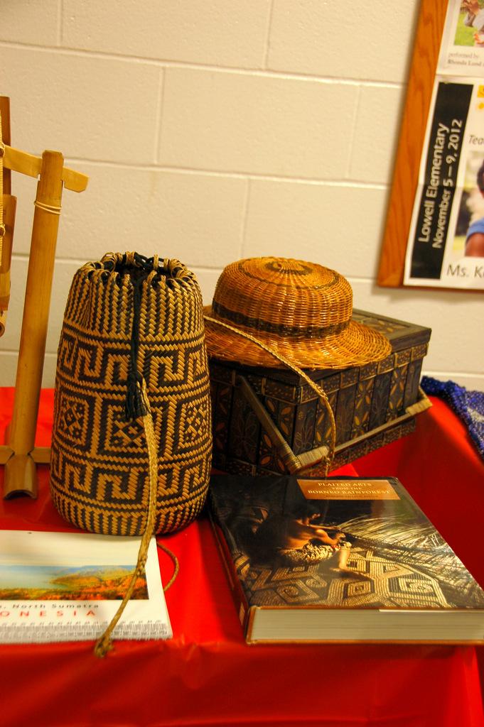 Close up keranjang bambu batik, anjat Kalimantan dan buku Plaited Arts from Borneo Rain forest.