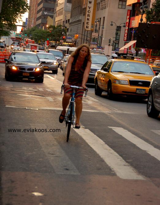 Contoh pengendara sepeda yang gak boleh ditiru. Ngegowes di jalur bis, tapi gak bisa disalahkan juga karena gak ada jalur sepeda.