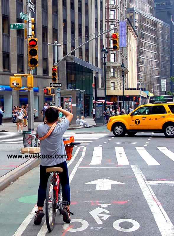 Contoh pengendara sepeda yang patut ditiru. Jalannya memiliki jalur sepeda, bahkan lampu lalu lintas untuk sepeda juga ada. Sambil menunggu lampu ijo, si pengendara sepeda memanfaatkan waktu dengan memotret.