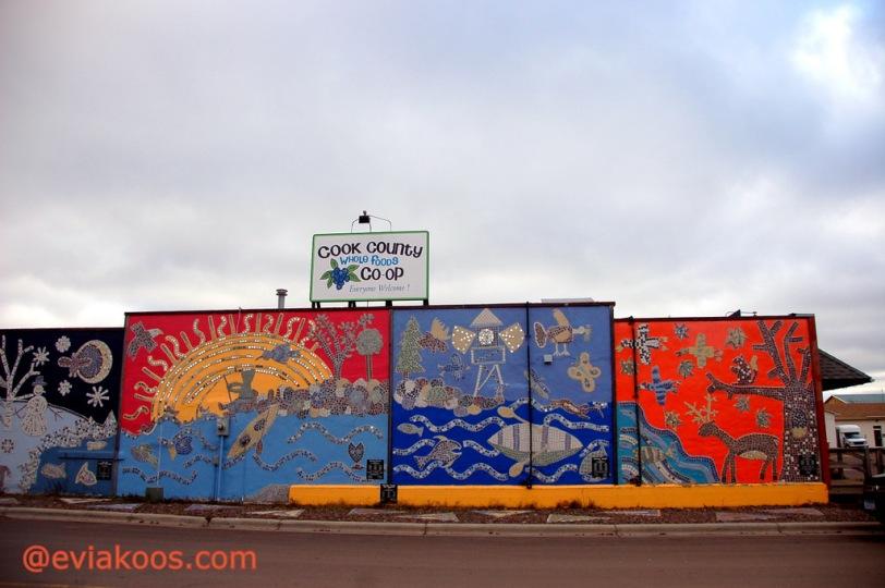 Karya seni di salah satu dinding luar Whole Foods Co-op. Bukan di Duluth, tapi di Grand Marais.